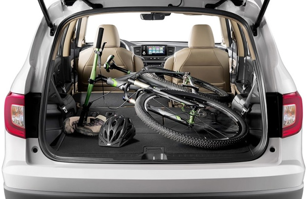 Open rear cargo hatch of a 2020 Honda Pilot